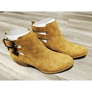Shoes - NWOT Womens booties